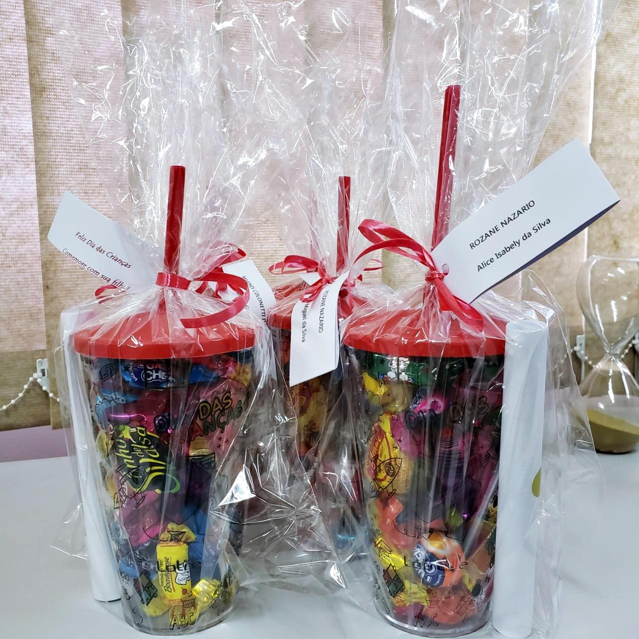 Em ação do Dia das Crianças colaboradores recebem copos personalizados para presentear os filhos